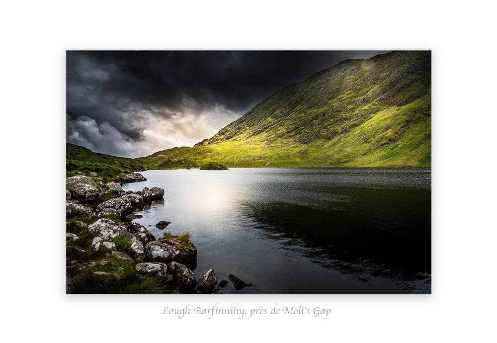 lac sous un ciel menaçant