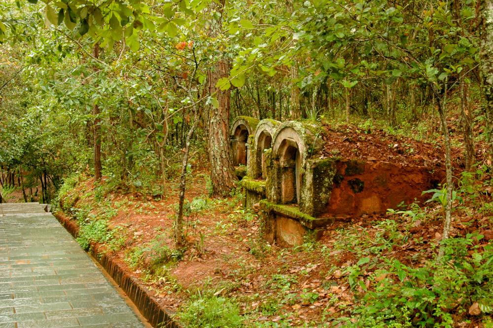 Des tombes au bord du chemin