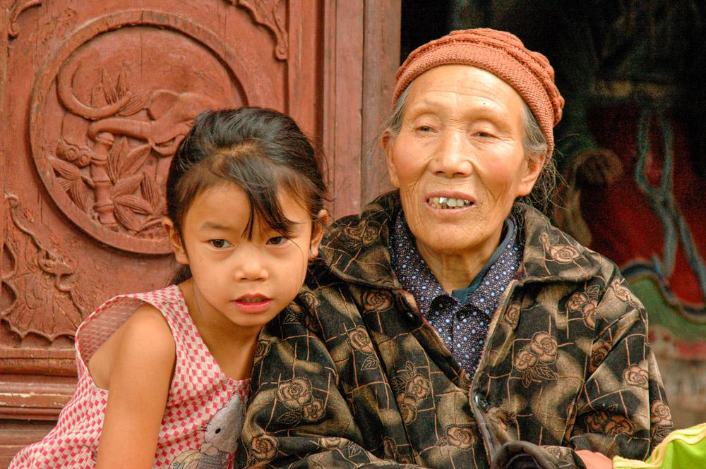 La gardienne (bénévole) du temple et sa petite fille.