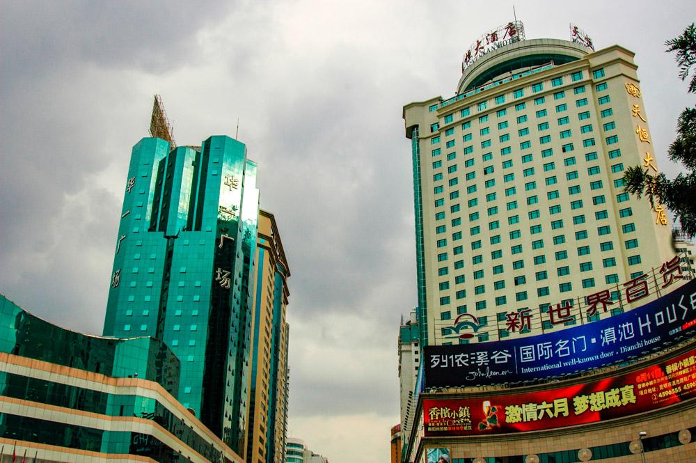 Lumière d'orage sur le centre-ville de Kunming