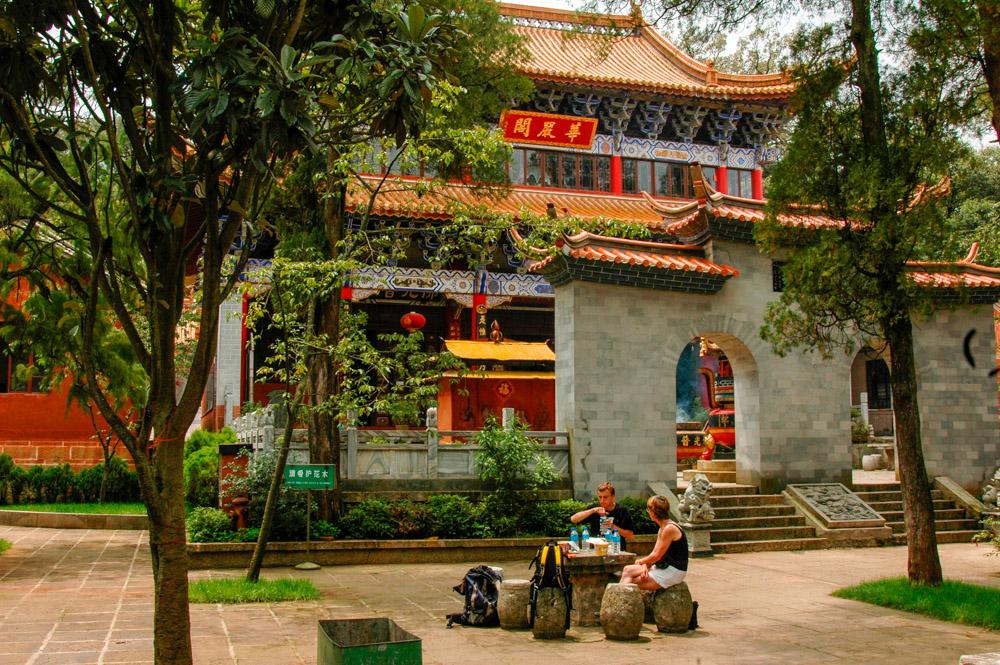 Pique-nique dans le jardin du temple.