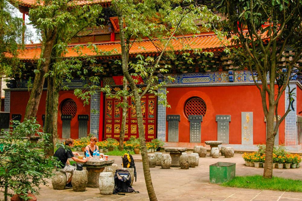Le jardin du temple est un lieu paisible et harmonieux.