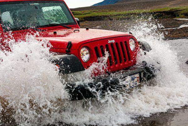 Jeep dans un gué